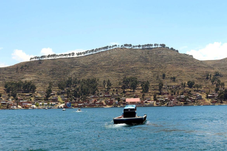 Esperando o ônibus cruzar o Lago Titicaca