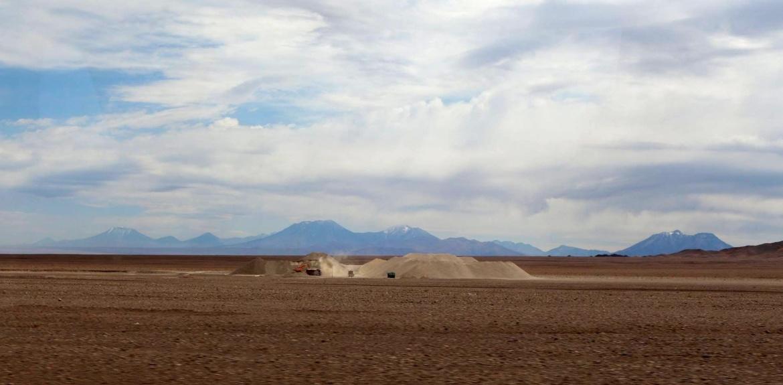 Saindo do Atacama nos deparamos com esses tratores no meio do deserto.