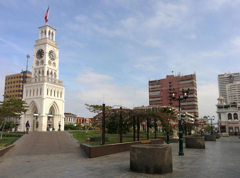 Plaza Arturor Prat e a Torre del Reloj